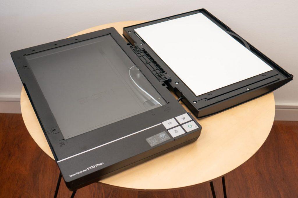 epson perfection V370 photo, scanner per disegni e acquerelli, in modalità aperta a 180°
