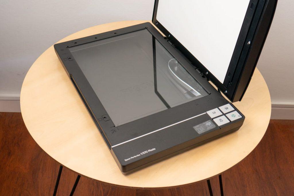 epson perfection V370 photo, scanner per disegni e acquerelli, in modalità aperta a 90°